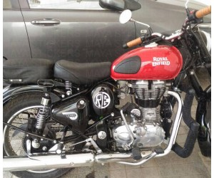 RE logo sticker on air filter box of royal enfield classic redditch red